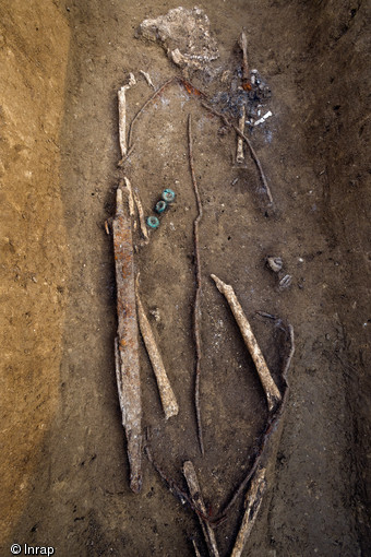 Male buried with a sword and shield (© Denis Gliksman, Inrap)