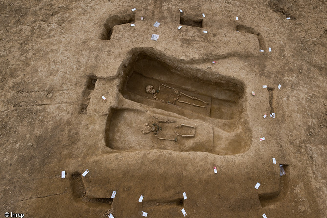 Quadrangular enclosure defining two burials (© Denis Gliksman, Inrap)
