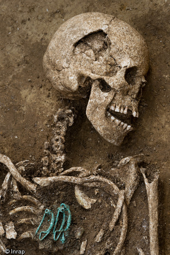 Woman buried with three clasps  (© Denis Gliksman, Inrap)