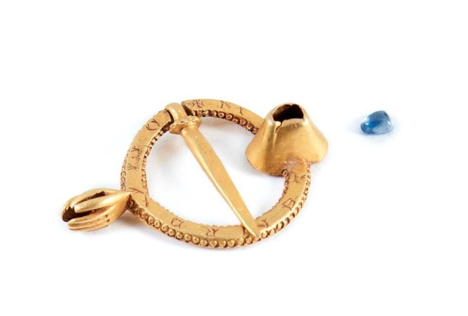 Gold ring brooch